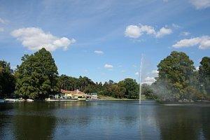 lacul cu arteziana in mijloc