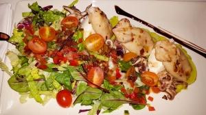 salata cu calamari, baby caracatita si branza de capra